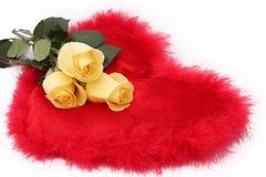 Rose gialle, cuore rosso Fotografie Stock Libere da Diritti
