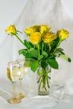Rose gialle e bicchieri di vino Fotografia Stock Libera da Diritti