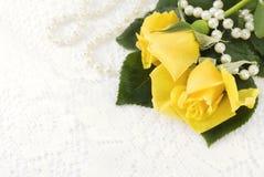 Rose gialle sulla priorità bassa del merletto Fotografie Stock Libere da Diritti
