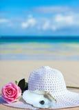 Rose, hatt och svarta pärlor av Tahiti för havet Royaltyfria Bilder