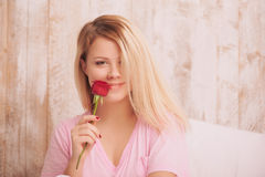 rose kvinna för härlig holdingred Fotografering för Bildbyråer