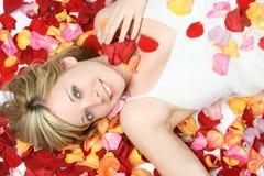 rose kvinna för petals Royaltyfri Bild