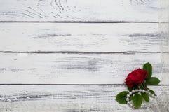 Rose Lies On The Old-Brett mit Spitze und Perlen Stockbild