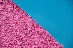 Rose lumineux texturisé et mur coloré diagonal divisé par bleu lisse image libre de droits