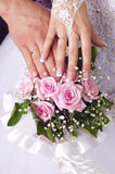 Rose, mani ed anelli dell'offerta del mazzo di cerimonia nuziale Fotografie Stock Libere da Diritti