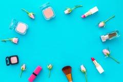 Rose, marco decorativo rosado de los cosméticos Barra de labios, bulto, sombreador de ojos y pequeñas flores color de rosa en cop fotografía de archivo