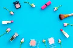 Rose, marco decorativo rosado de los cosméticos Barra de labios, bulto, sombreador de ojos y pequeñas flores color de rosa en cop fotografía de archivo libre de regalías