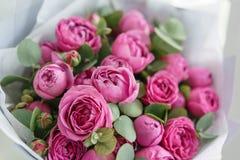 Rose Misty Bubbles Boeketbloemen van roze rozen in metaalvaas Sjofel elegant huisdecor bloemist bij een bloemwinkel royalty-vrije stock foto