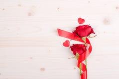 Rose mit den roten Blumenblättern mit Herzen für Valentinstag auf dem Eber Stockfotos