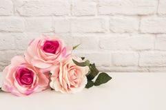 Rose Mock Up rosa Fotografia di riserva disegnata Derisione disegnata floreale della parete su Rose Flower Mockup, Valentine Moth immagine stock libera da diritti