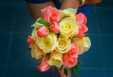 Rose multicolori a disposizione Immagine Stock