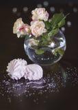 Rose nel vaze rotondo Fotografie Stock Libere da Diritti