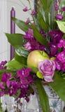 Rose, orchidee e mele Fotografie Stock Libere da Diritti