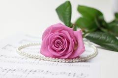 rose&pearlhalsband Arkivbild