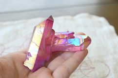 Rose Pink Aura crystal klunga! Pläterad rosa titan läka kristallen, perfekt gyckel och ljus färgläggning Härlig ljus rosa aura arkivfoto