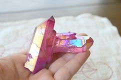 Rose Pink Aura-kristalcluster! Roze Titanium Geplateerd het helen kristal, perfecte pret en heldere kleuring Mooi Helder Roze Aur stock foto