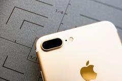 Or rose plus d'IPhone 7 sur le fond gris Photographie stock libre de droits
