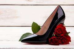 Rose près de chaussure noire Image libre de droits