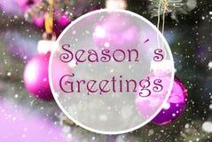 Rose Quartz Christmas Balls, texte assaisonne des salutations Images stock