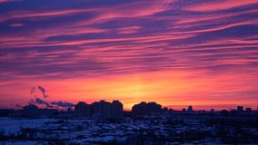 Rose Of The Red Sunrise o puesta del sol en la ciudad en invierno imágenes de archivo libres de regalías