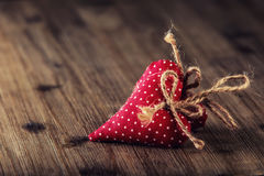 Rose roja Corazones hechos a mano del paño rojo en fondo de madera Imagenes de archivo