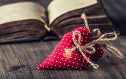 Rose roja Corazones hechos a mano del paño rojo en fondo de madera Fotos de archivo libres de regalías