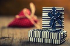 Rose roja Día de las celebraciones Dos cintas de los regalos de cumpleaños en los corazones de las tarjetas del día de San Valent Fotografía de archivo libre de regalías