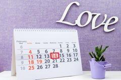 Rose roja 14 de febrero marca en calendario Imágenes de archivo libres de regalías