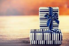 Rose roja Dos regalos de cumpleaños con las cintas Imágenes de archivo libres de regalías