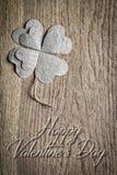 Rose roja Tarjeta de felicitación en fondo de madera Imagen de archivo libre de regalías