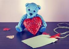 Rose roja Teddy Bear Loving lindo con los corazones rojos que se sientan solamente vendimia imagen de archivo libre de regalías