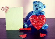 Rose roja Teddy Bear Loving lindo con los corazones rojos que se sientan solamente vendimia fotos de archivo libres de regalías