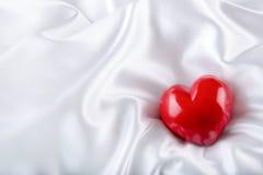 Rose roja Valentine Heart hecho a mano Día de boda Corazones rojos de las tarjetas del día de San Valentín en el satén blanco Tex Fotografía de archivo