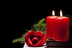 Tu primer tema - Página 24 Rose-roja-y-vela-en-llaves-del-piano-47955209