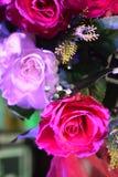 Rose rosa artificiali decorative del fiore - decorazione sulla notte di nozze Fotografia Stock Libera da Diritti