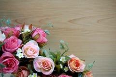 Rose rosa con fondo di legno fotografia stock libera da diritti