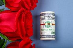 Rose rosa con le banconote in dollari invece di un regalo Modello per l'8 marzo, festa della Mamma, San Valentino Fotografia Stock Libera da Diritti