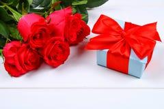 Rose rosa con un contenitore di regalo legato con un arco Modello per l'8 marzo, festa della Mamma, San Valentino Fotografie Stock