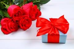 Rose rosa con un contenitore di regalo legato con un arco Modello per l'8 marzo, festa della Mamma, San Valentino Fotografia Stock Libera da Diritti