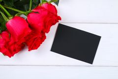 Rose rosa con una lavagna in bianco per testo Copi lo spazio per testo Modello per l'8 marzo, festa della Mamma, San Valentino Immagine Stock Libera da Diritti