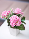 Rose rosa del mazzo nei fiori artificiali o falsi bianchi del vaso, Fotografie Stock Libere da Diritti
