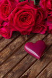 Rose rosa scure con i cuori e l'etichetta Immagini Stock