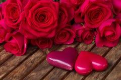 Rose rosa scure con i cuori e l'etichetta Fotografie Stock Libere da Diritti