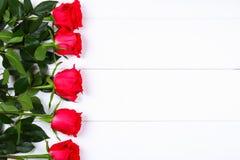Rose rosa su una tavola di legno bianca Copi lo spazio per testo Modello per l'8 marzo, festa della Mamma, San Valentino Fotografia Stock Libera da Diritti