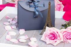 Rose rosa sulla tavola Immagine Stock