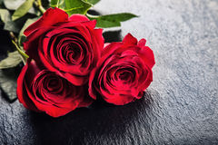 Rose Rosas rojas Ramo de rosas rojas Varias rosas en fondo del granito Día de tarjetas del día de San Valentín, fondo del día de  Fotografía de archivo