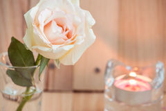 Rose rose dans le verre et le chandelier, valentines Photo libre de droits