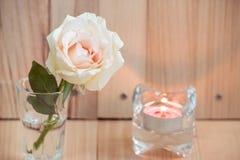 Rose rose dans le verre et le chandelier, valentines Photos stock
