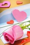 Rose rose et enveloppe Photos stock