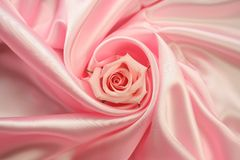 Rose rose sur le satin rose Photographie stock libre de droits